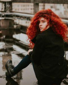 Žena sa crvenom bujnom kosom