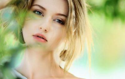 Devojka čija masna koža je prošlost uz pomoć prirodne kozmetike