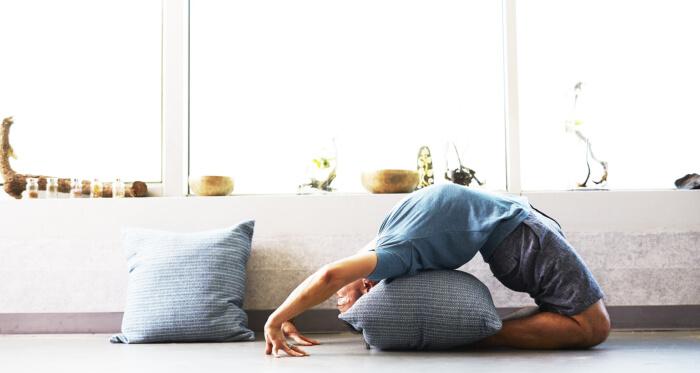 Čovek koji vežba jogu
