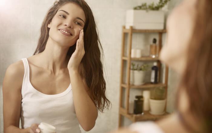 Krema za lice koju koristi lepa devojka