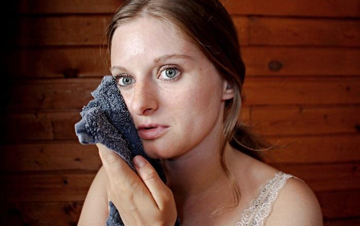 Martina Malešev koristi topao peškir za lice