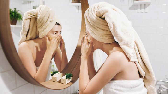 Piling lica ispred ogledala
